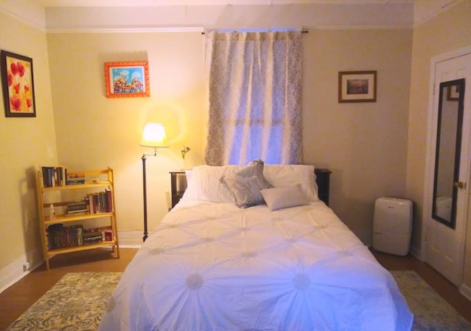 Warm, Cozy Private Studio, Walk to Mall, Belmont