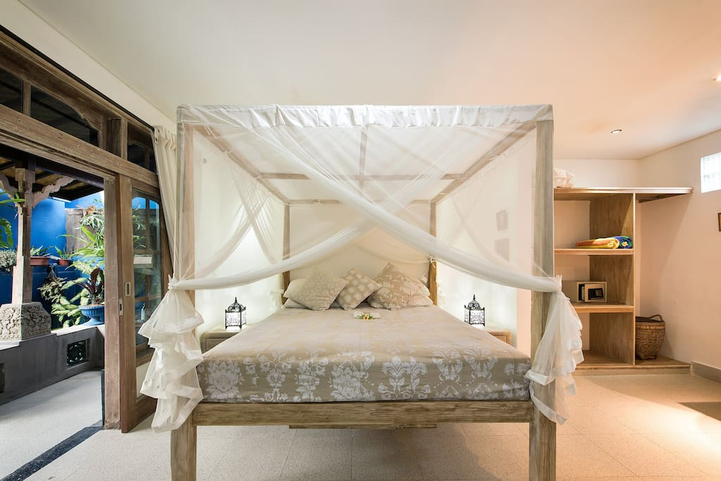 Sandat suite King bed, romantic draped mosquito net, quality linens, enclosed ensuite bathroom. With AC, fan, and 1-2 extra beds for 2 (<12) children sharing this room.