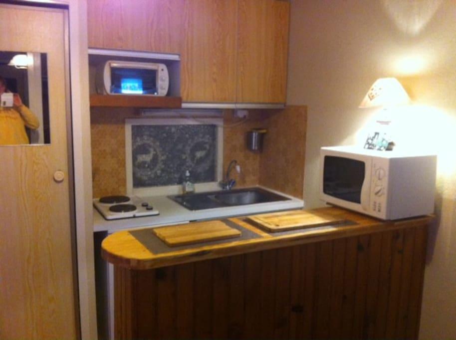 Cuisine avec plaques, petit four, micro-onde, machine à café, fondue, raclette
