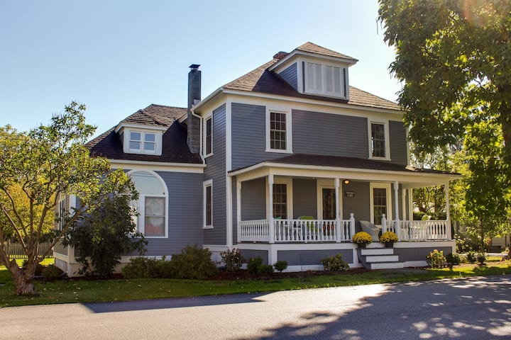 Charming farmhouse w/ a porch, covered deck, & large lawn - dogs welcome!