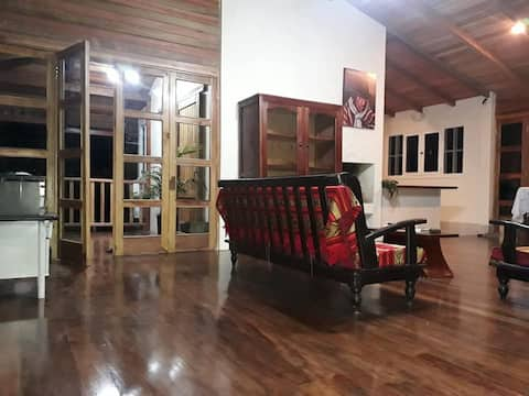 Campo Libre Guesthouse, charming wood house