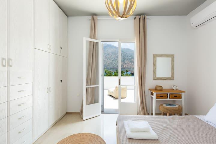 Al bedrooms create a cosy beach vibe!