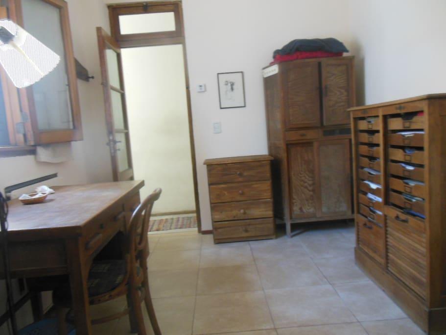 Aquí la habitación vista desde adentro hacia afuera