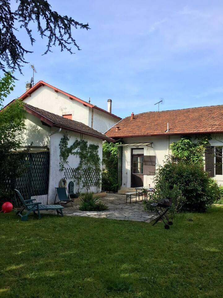 Maison avec un grand jardin à l'arrière et une grande terrasse