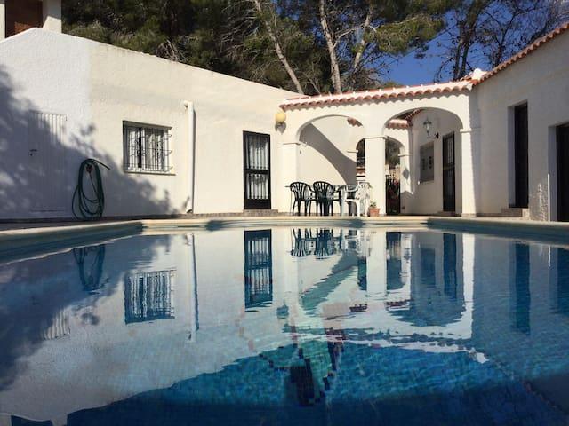 Chalet con piscina grande en plena naturaleza - Pinar de Campoverde - Hus