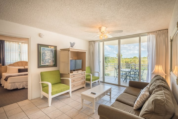 Resort condo w/ private parking, shared pool, hot tub - dog OK! Family-friendly!