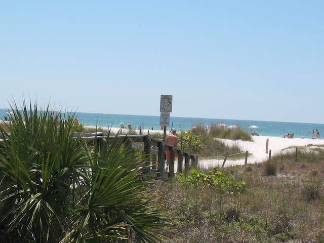 Beachy Condo 3 minutes walk to Gulf