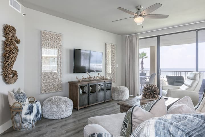 Corner Gulf front condo w/ shared hot tub & beachfront pool - snowbirds welcome!