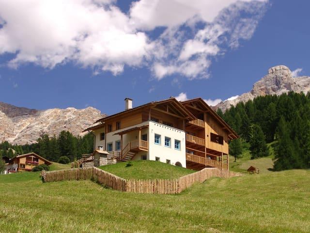 App.C Serghela la tua vacanza in Alta Badia - San Cassiano - Huoneisto