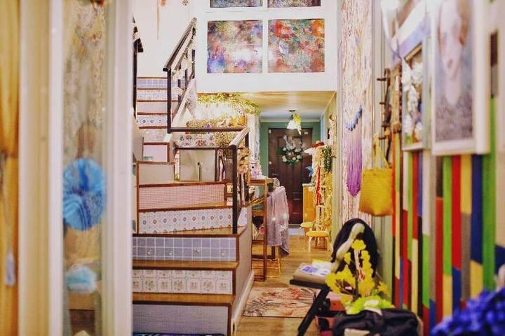疯帽子的茶会/机场快线上落点/城市中心loft英式大复式房子可住6-8人聚会家庭写真摄影/朵果理想舍