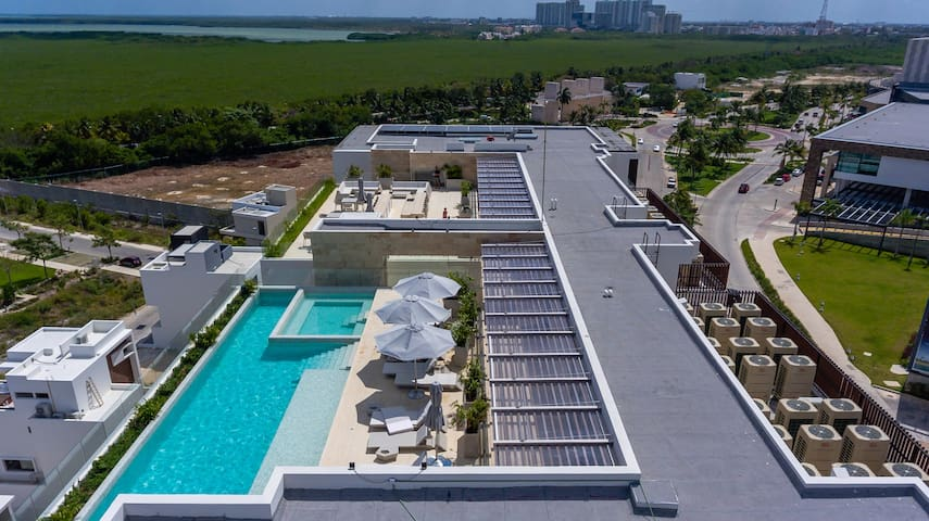 Rooftop pool, ocean view -close to beach!