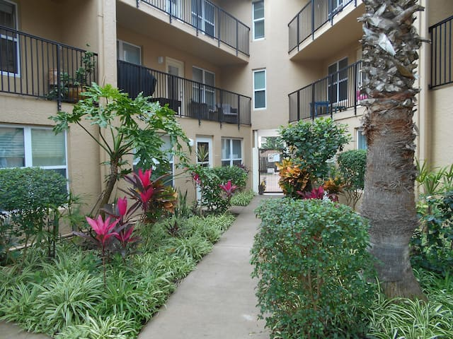 1/1 WALK TO BARS AND RESTAURANTS,POOL,FREE PARKING