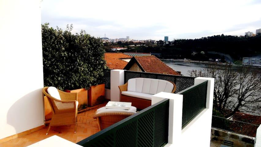 Lodge com terraço vista rio e mar