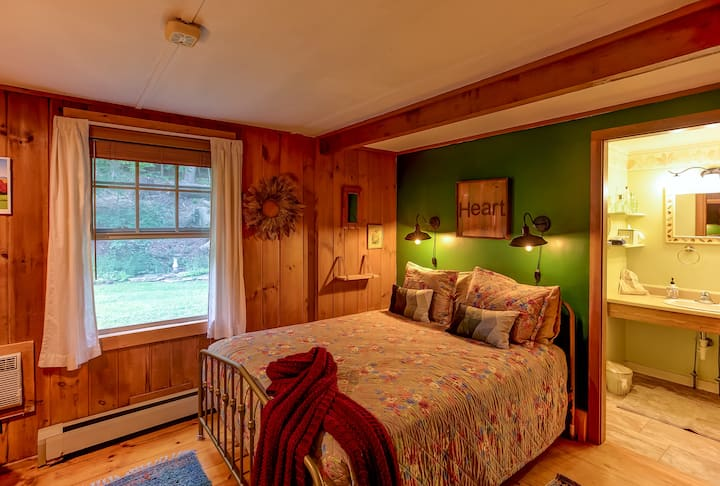 Birch Room w/Queen Bed, Bath & Breakfast