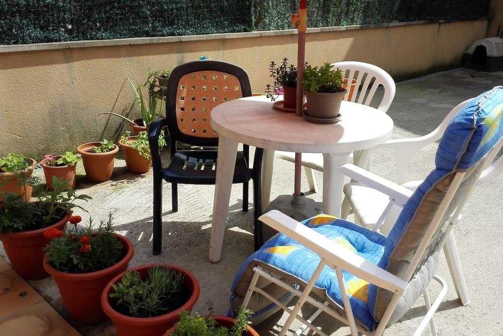 Espai agradable a la terrassa per fer els ápats o pendre el sol. Petit hort urbá!!!