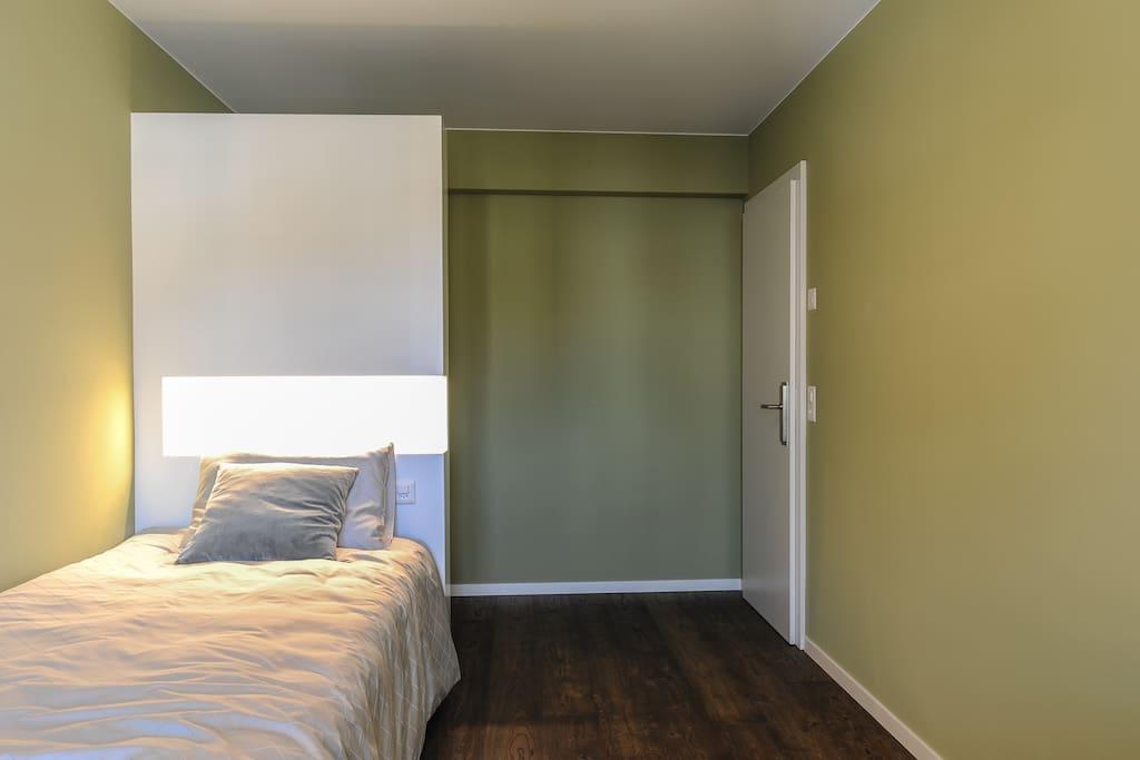 Bett, Schrank und Eingang