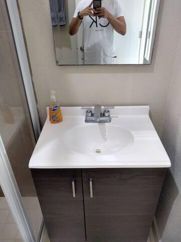 Bonito lavamanos,  un espejo para que te pongas guapa o guapo!!
