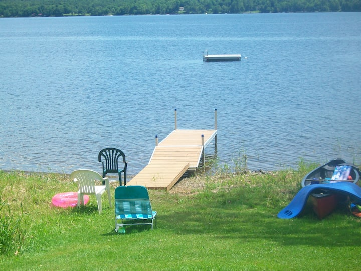 Cozy 3 bedroom cottage on the shore of Swan Lake