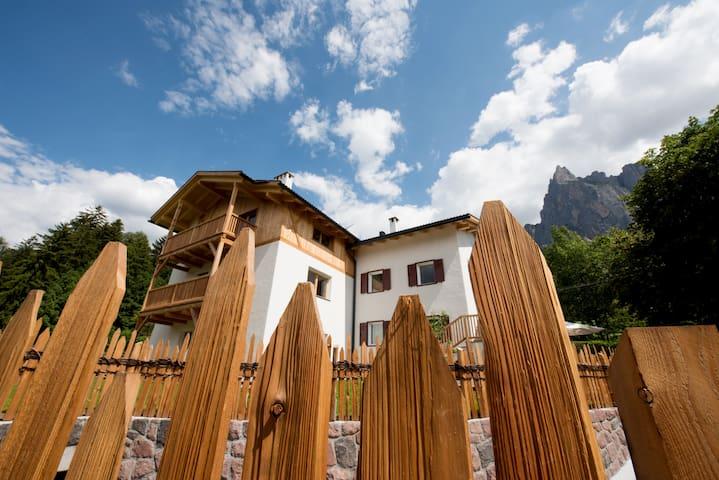 Ferienwohnungen mit Balkon und Liegewiese
