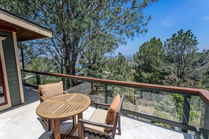 Del Mar Tree House: Charming Sanctuary w/ Balcony