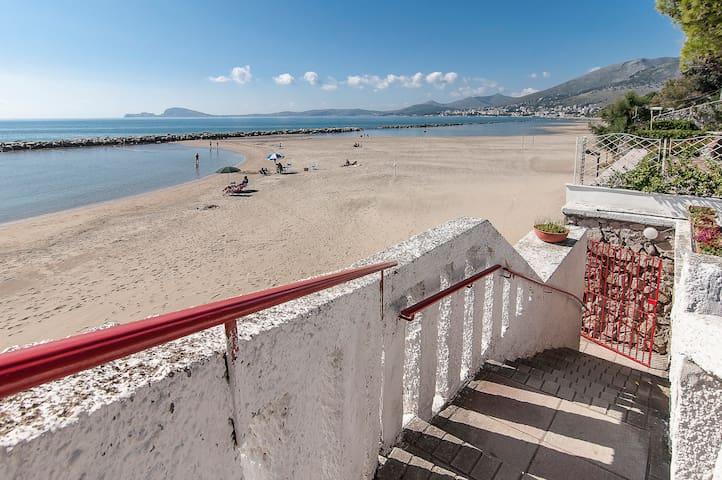 vista mare e spiaggia con scala privata per accesso alla spiaggia