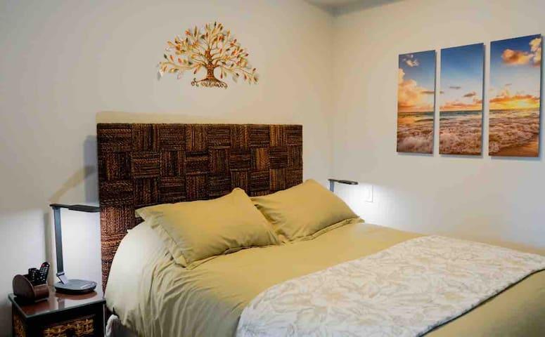 Queen bed cosy room w/4K TV