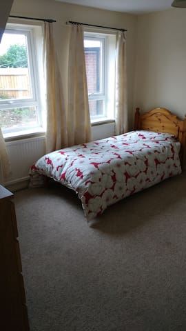 Spacious single Bedroom 1 in Aylesbury.