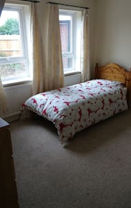 Bedroom 1:  single room in Aylesbury. - Aylesbury