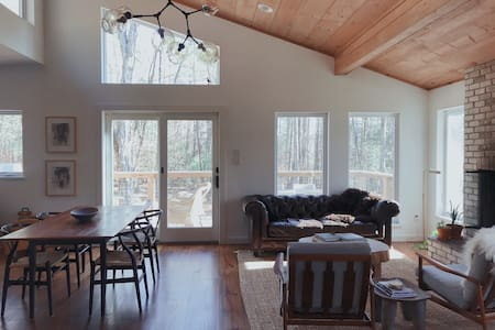 Mid-century modern cabin close to skiing.