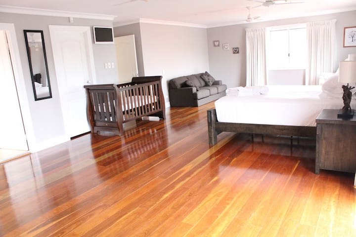 """Sunday Chill"" - resort like home, huge bedroom - Dundowran Beach - Huis"