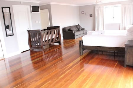"""Sunday Chill"" - resort like home, huge bedroom - Dundowran Beach"