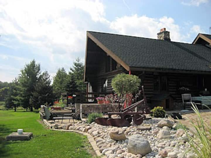Cosy Countryside Log Home in Mount Hope