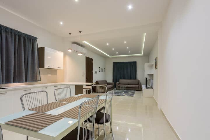 Spacious apartment sleeps 10, close to Sliema