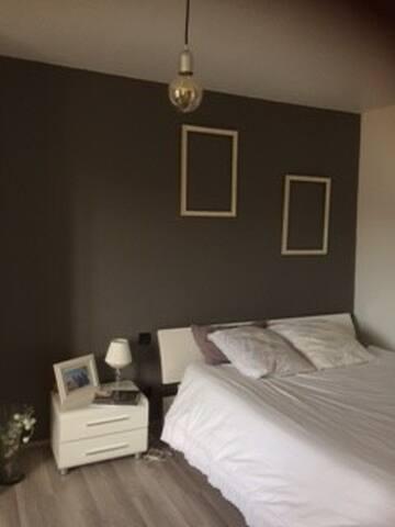 Chambre avec salle de bain privative dans belle demeure