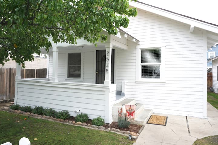Charming 1 Bedroom House Downtown