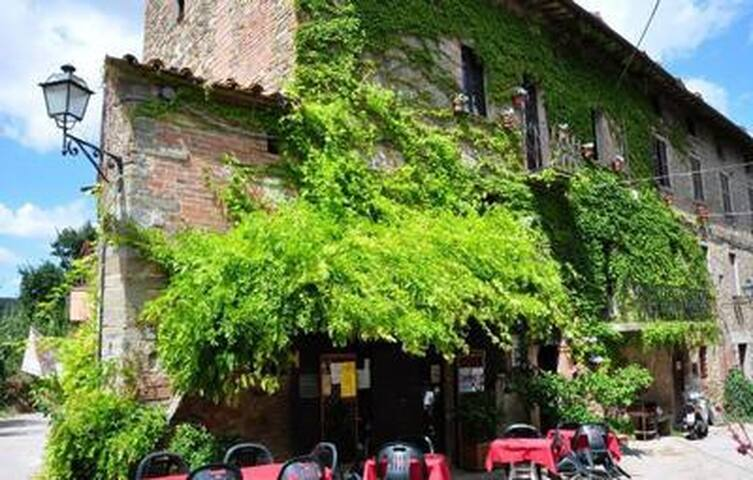 Agriturismo , in tiny village close to the most famous cities of art of both Tuscany and Umbria