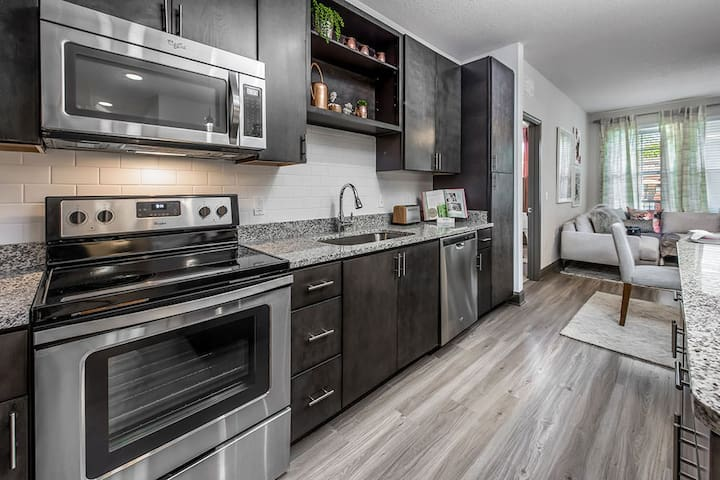 UPSCALE APARTMENT W/ KING BED NEAR DISNEY