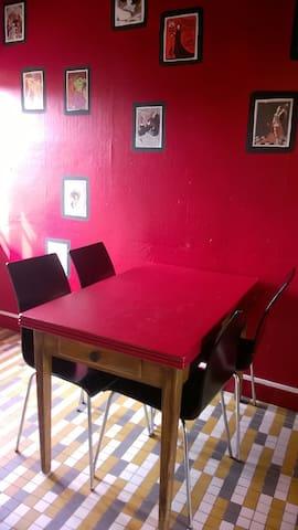 La cuisine. Il y a une plus  grande table dans le salon.