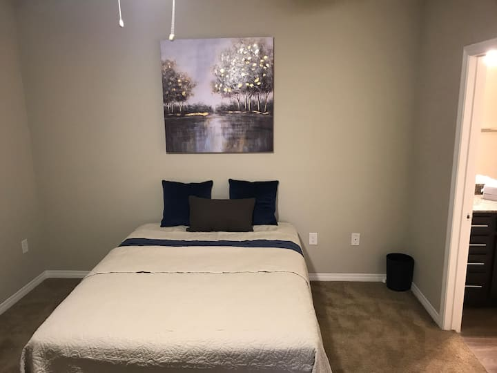 Spacious Private Room & Bedroom 15 mins from Strip