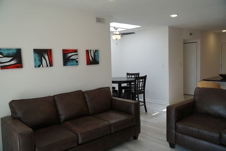 Grand UIUC apartment in Campustown 4BR 2ba LUXURY!