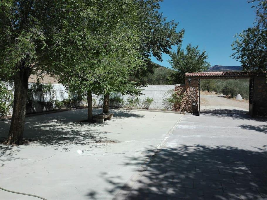 la entrada del terreno, mucho espacio para aparcar los coches