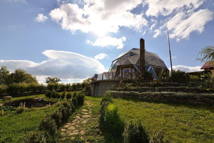 Round house on Romanian hills - Izvoarele - Casa