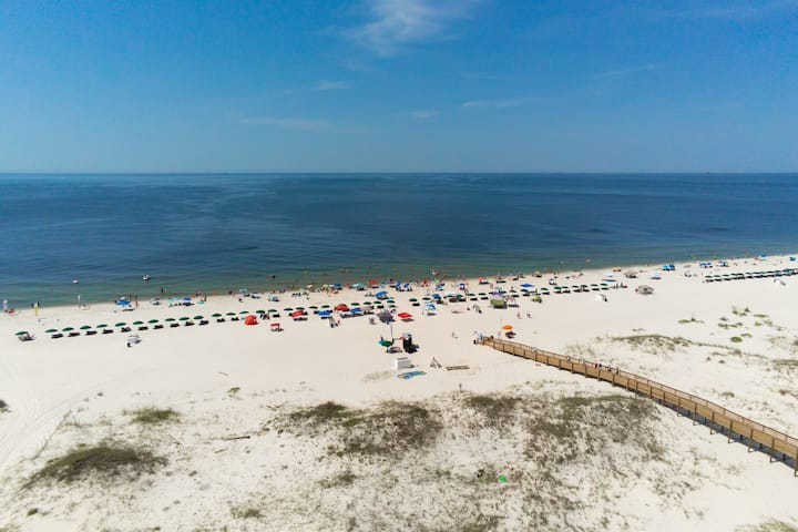 Condo near the beach with shared pools, hot tub, on-site golf, & tennis
