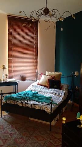 Dein gemütliches Zimmer in schöner Altbauwohnung mitten in der Stadt