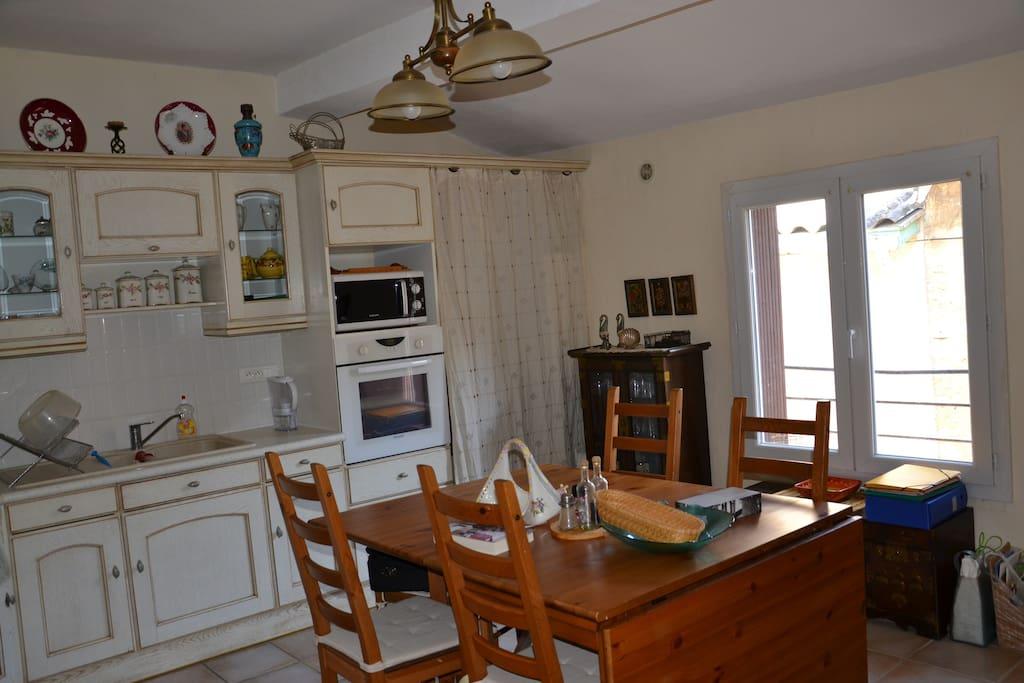 La cuisine fait aussi office de salle à manger.