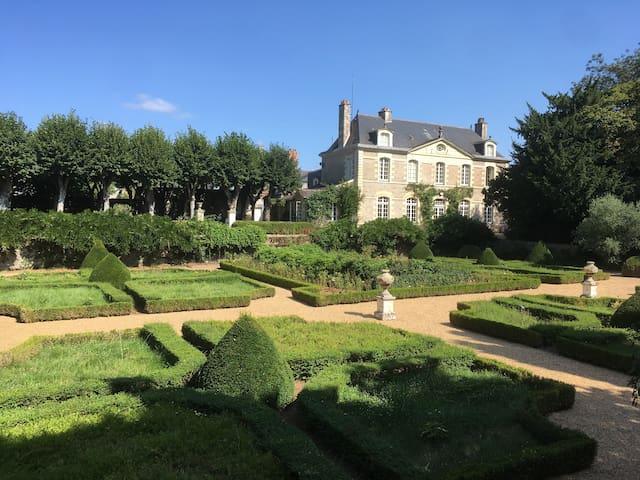 Chambre sur jardins à la française avec piscine