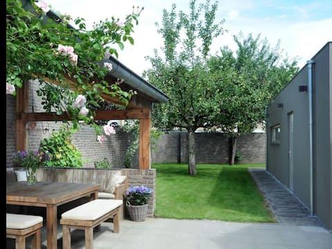 Lujosa suite de invitados pequeña con terraza ajardinada