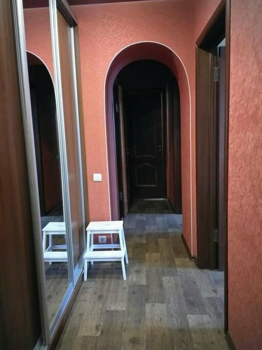 Коридор и прихожая, удобный просторный шкаф для вещей с большим зеркалом в пол