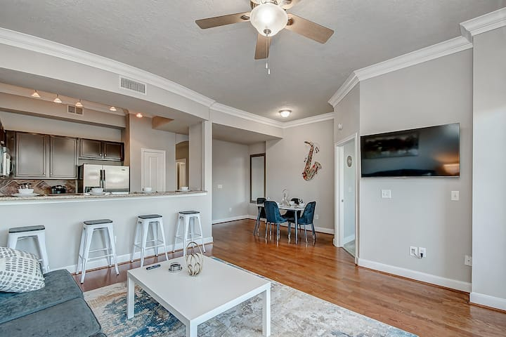 ♕LIVING LUXE BY DOWNTOWN♕2BR★SLEEPS 8★FREE PARKING