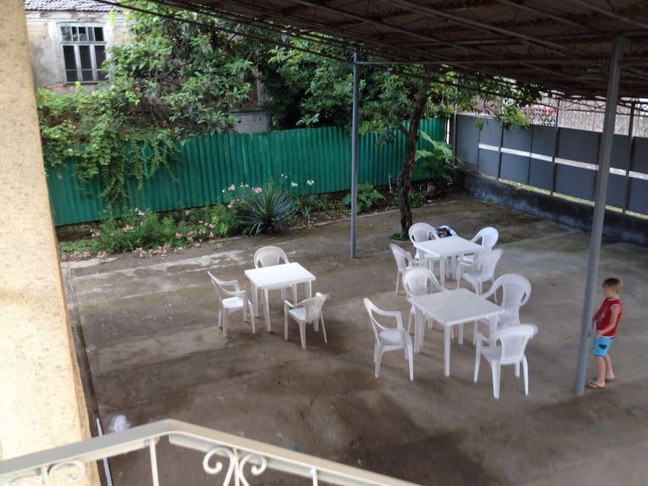 Передний двор.